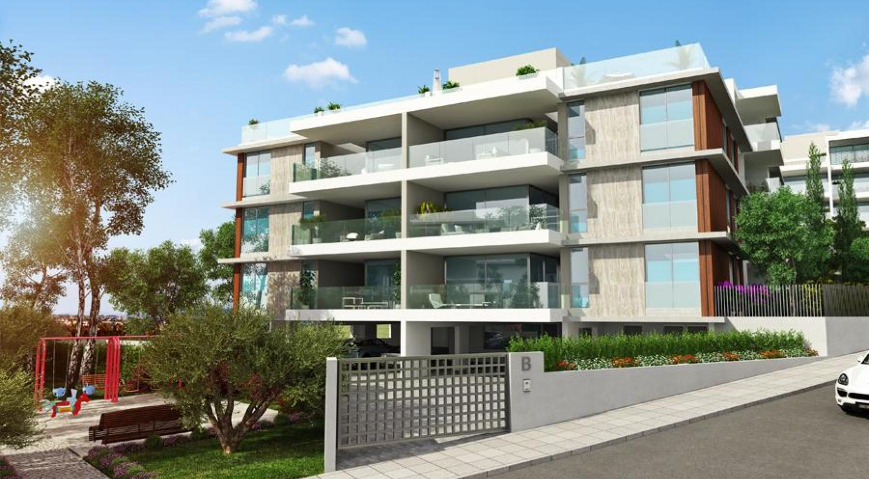 Spacious 3 Bedroom Apartment with Private Garden - 4