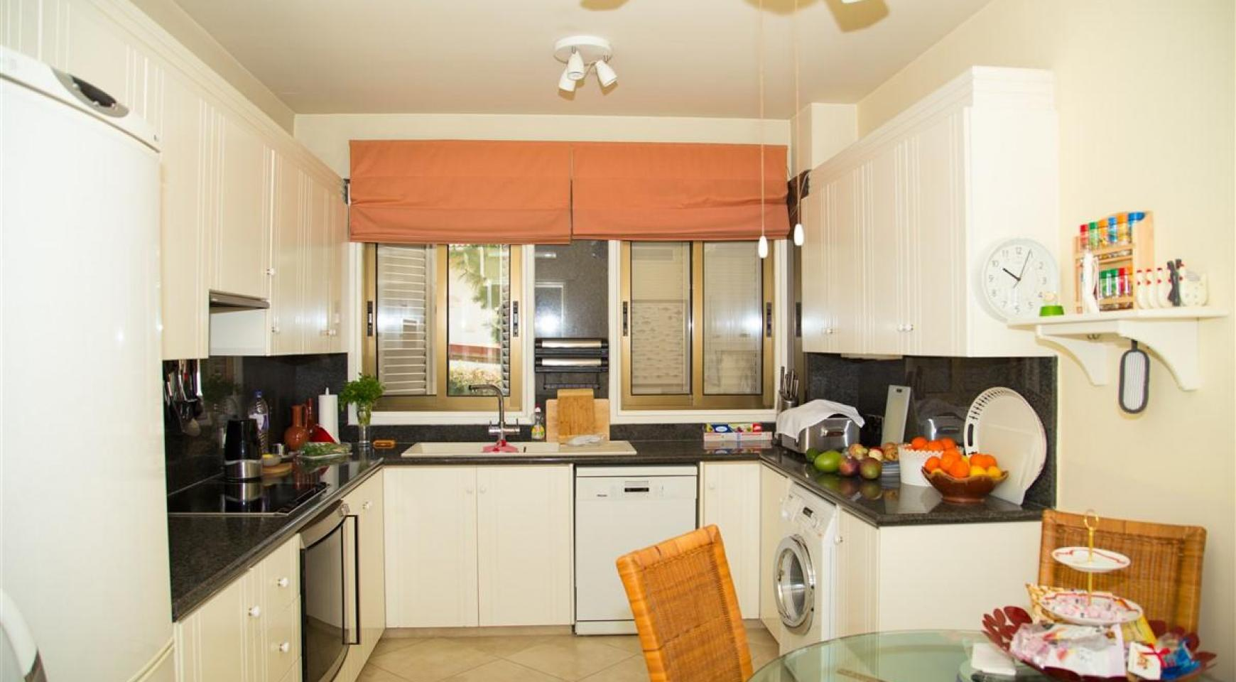 Spacious 3 Bedroom Apartment on the Seafront - 6