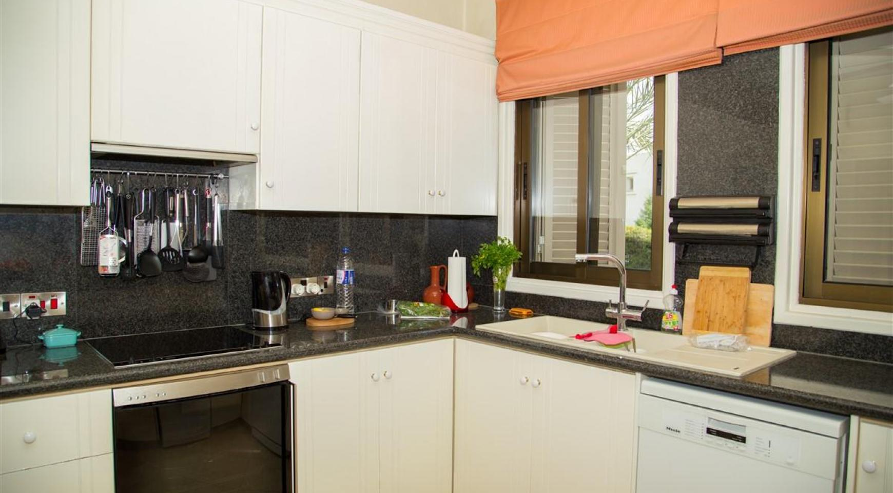 Spacious 3 Bedroom Apartment on the Seafront - 7
