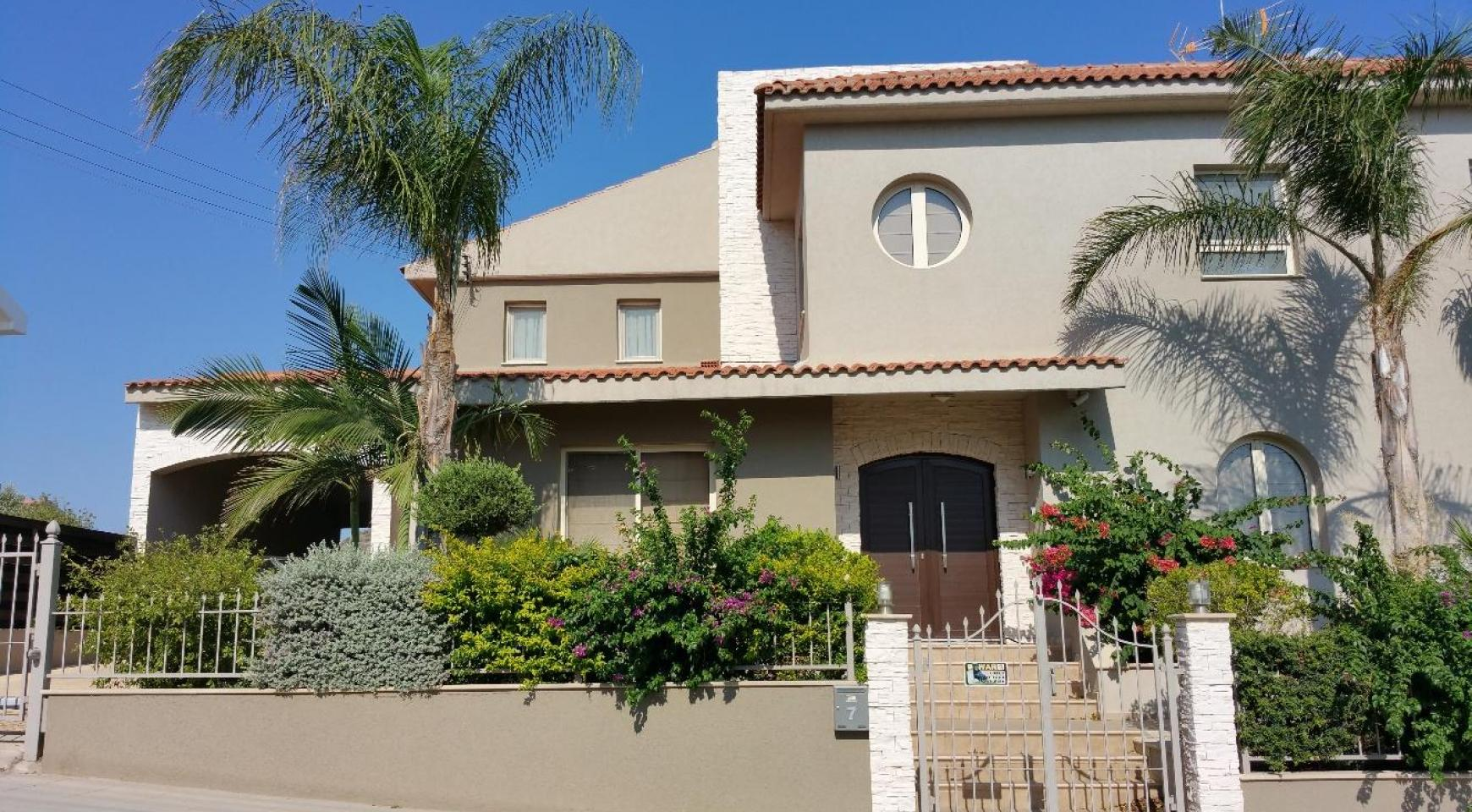 Spacious 4 Bedroom Villa with Beautiful Views - 3