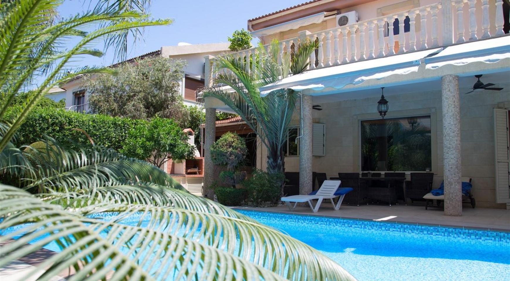 Luxurious 4 Bedroom Villa near the Sea - 42