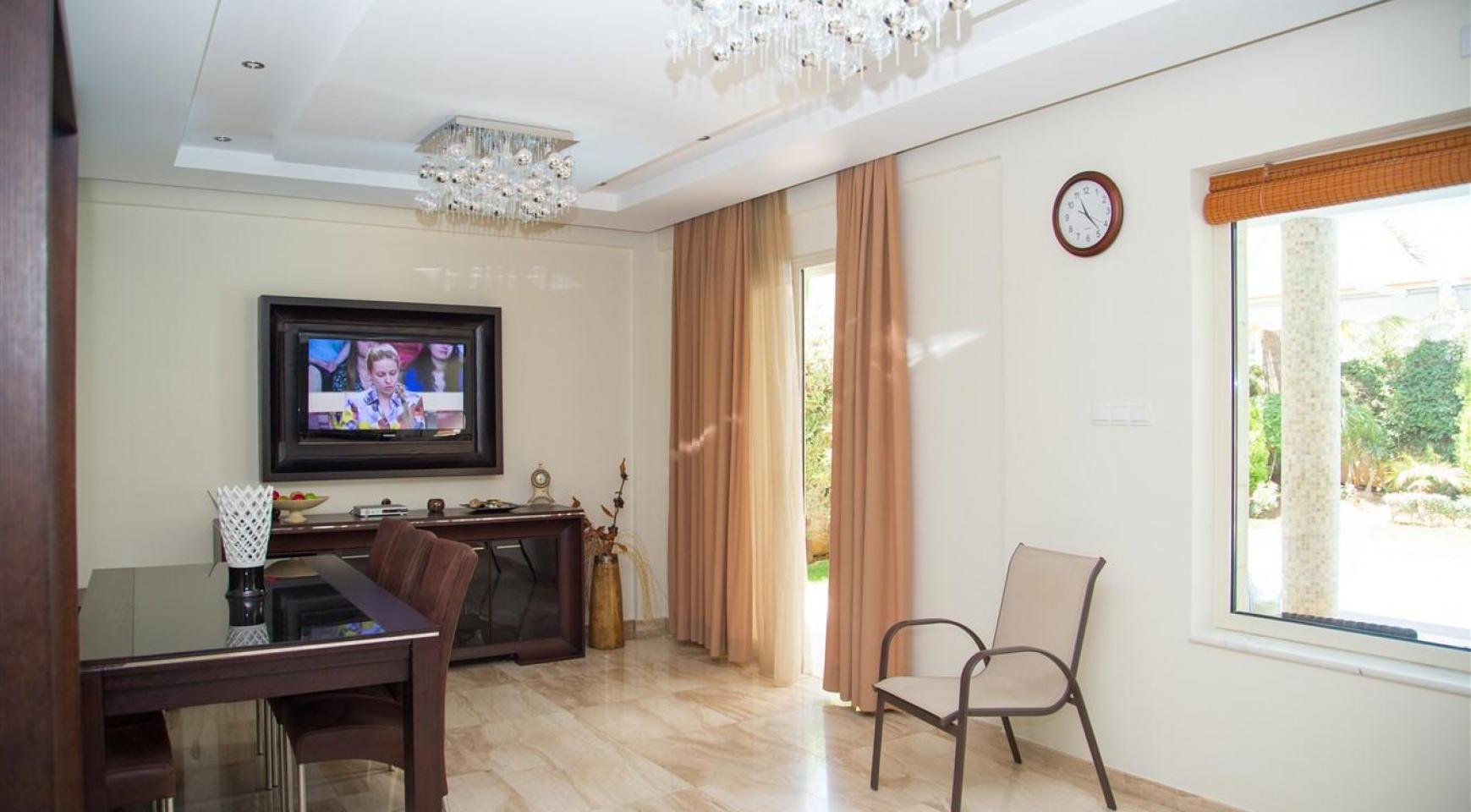 Luxurious 4 Bedroom Villa near the Sea - 8