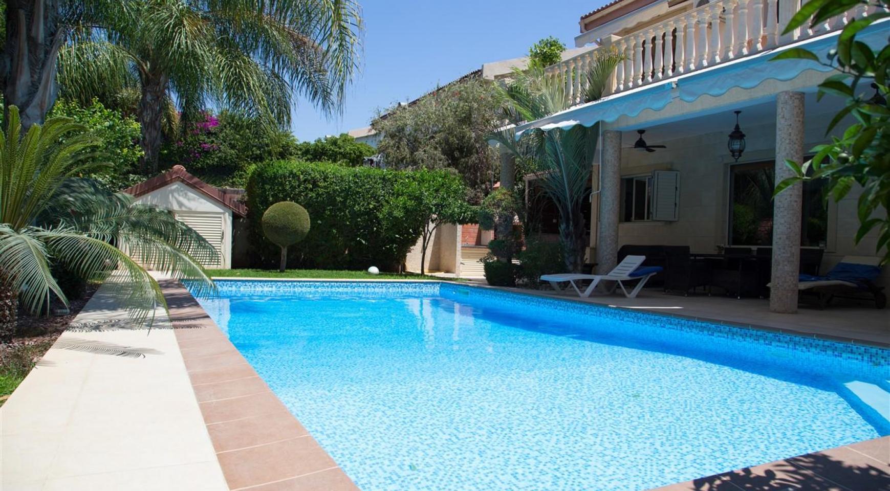 Luxurious 4 Bedroom Villa near the Sea - 41