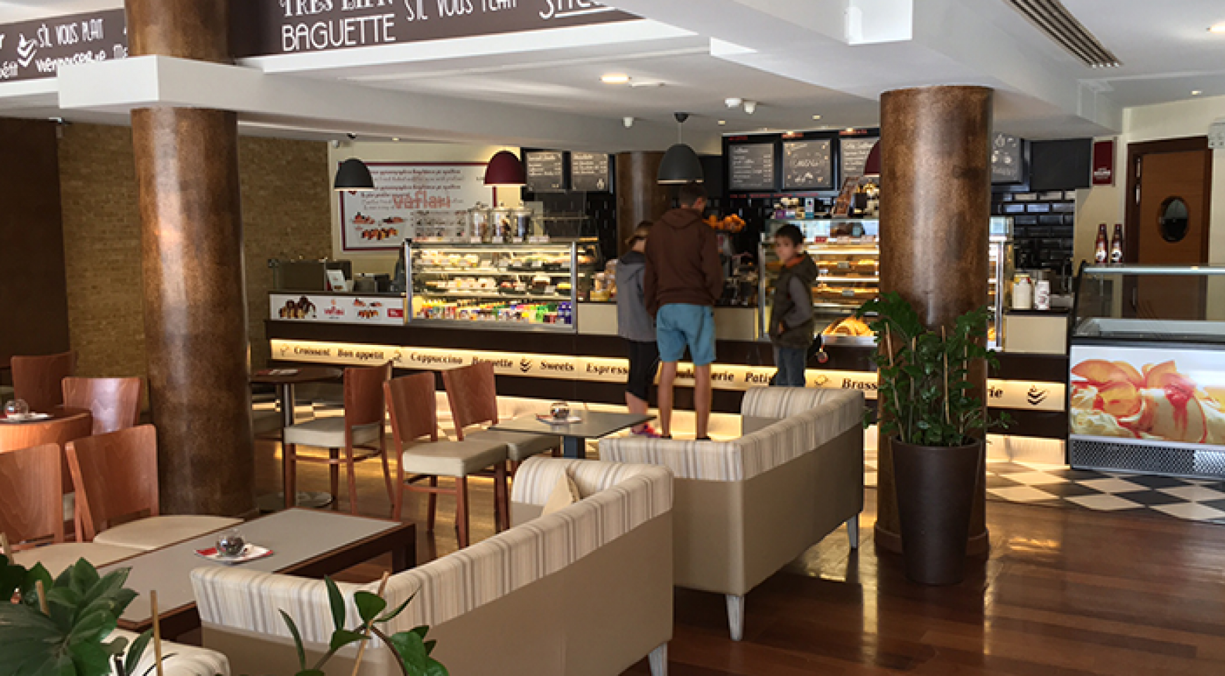 Licenced Cafe in the Tourist Area - 5
