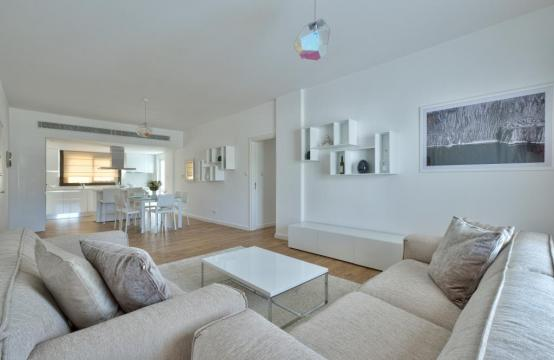 Modern 3 bedroom apartment situated in the Crown Plaza area