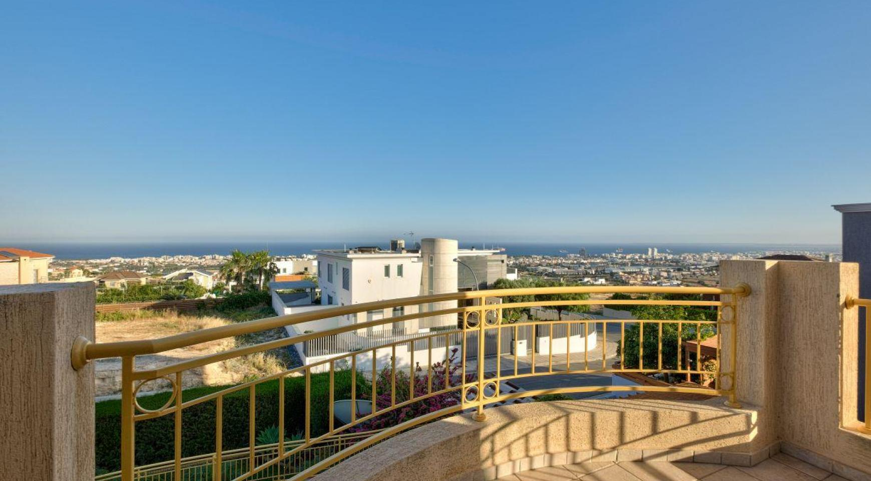 Cozy 4 Bedroom Villa with Amazing Sea and City Views in Germasogeia - 11