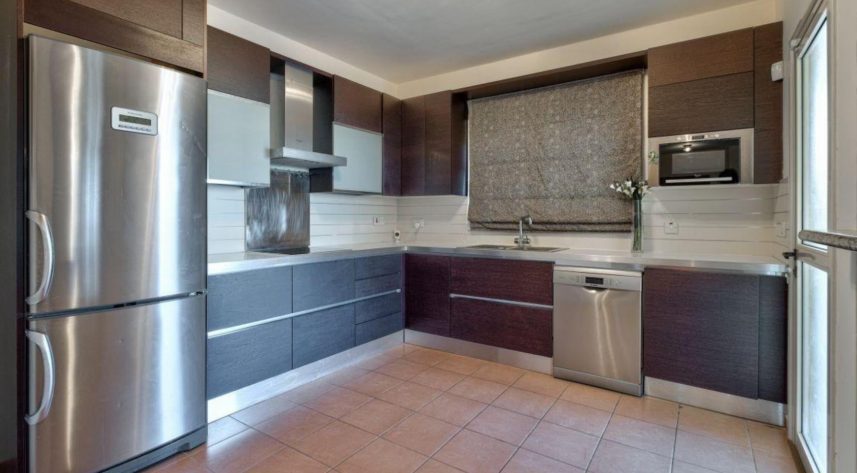 Cozy 4 Bedroom Villa with Amazing Sea and City Views in Germasogeia - 15