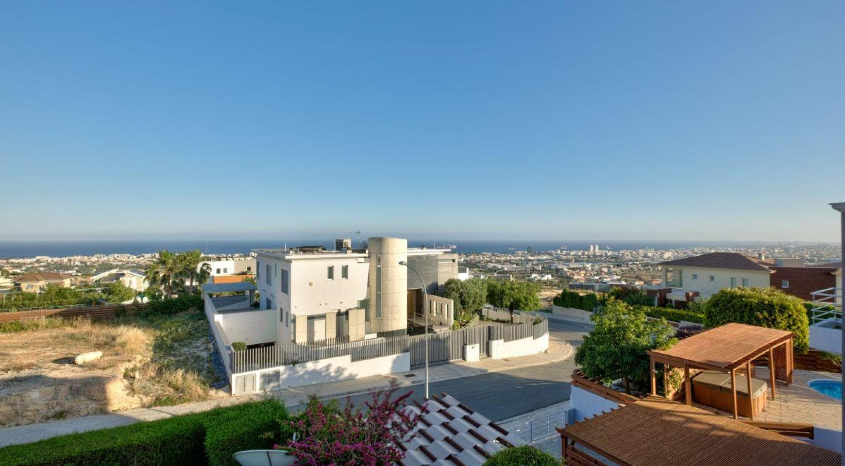Cozy 4 Bedroom Villa with Amazing Sea and City Views in Germasogeia - 10