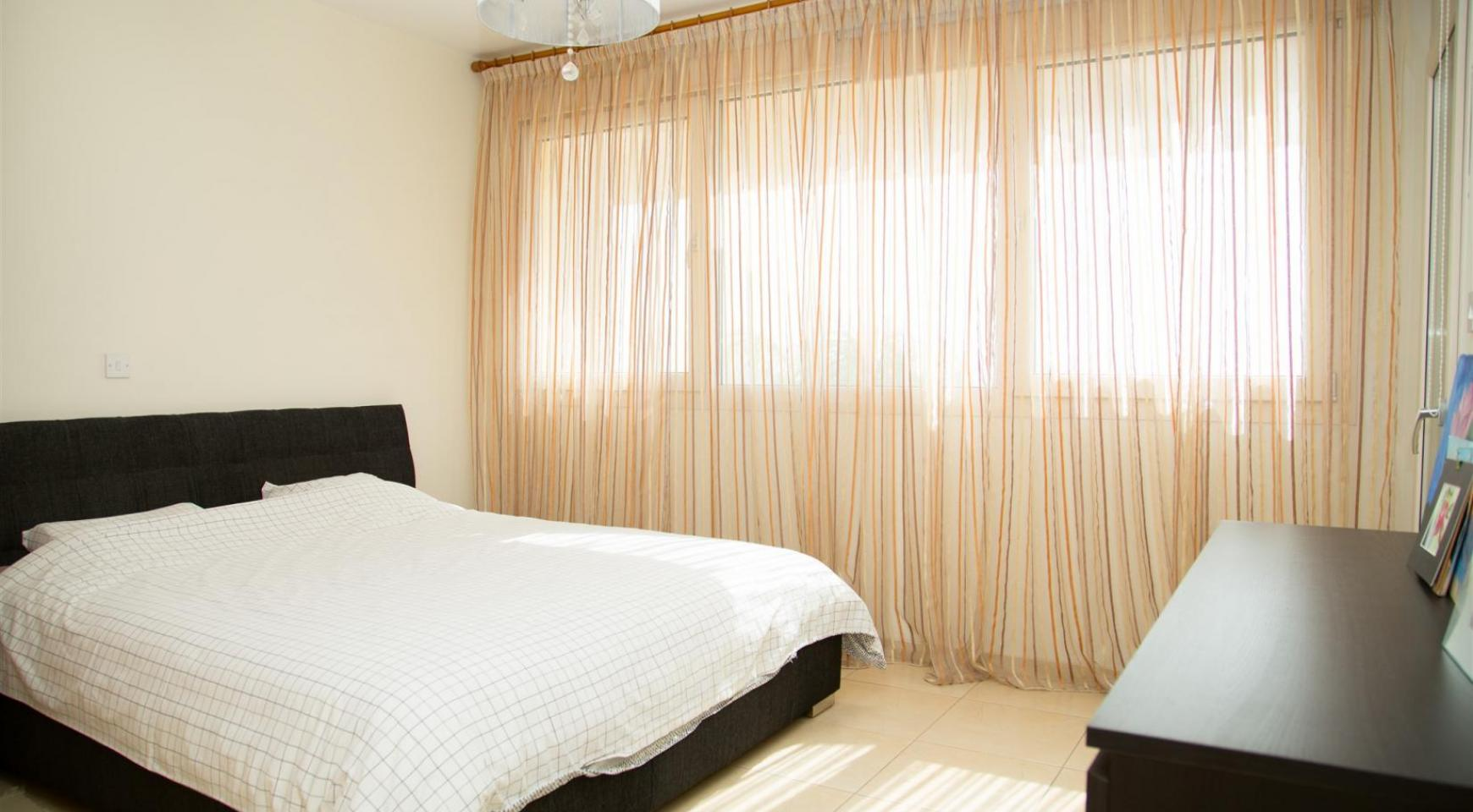 Spacious 3 Bedroom Apartment with Sea Views - 9
